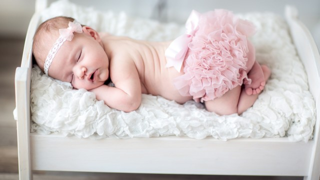newborn-baby-5120x2880-baby-girl-cute-baby-sleeping-headband-hd-5k-2525